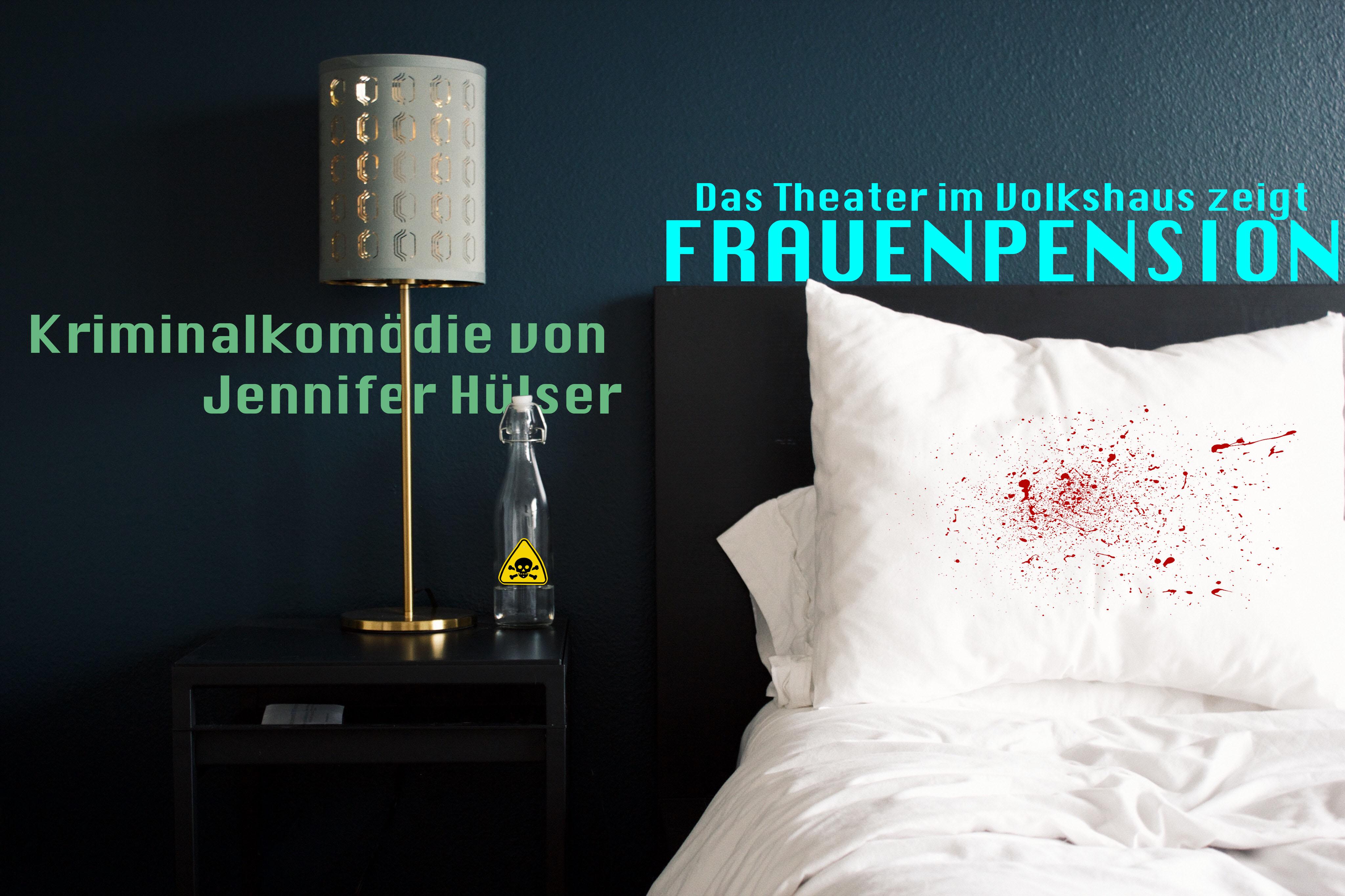 Bett mit Blutspritzern, daneben auf einem Nachttisch eine Flasche Gift
